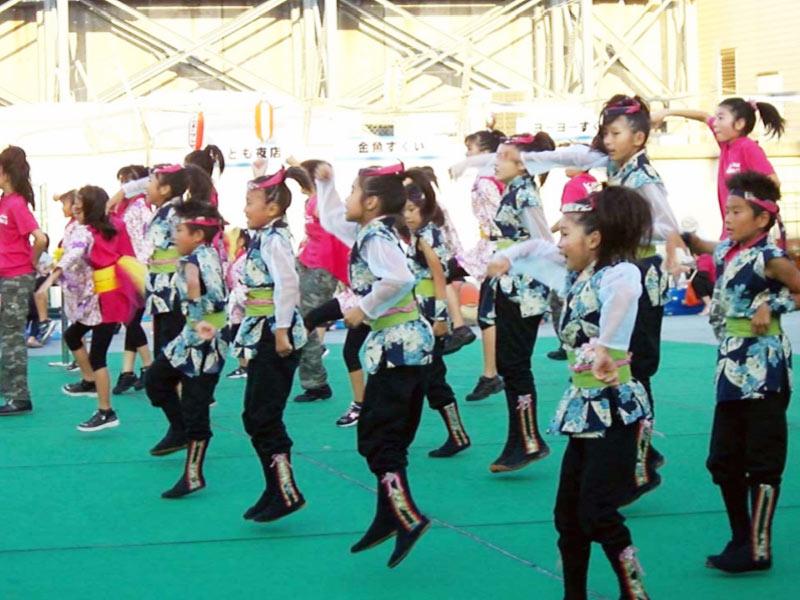 2009年8月16日、第12回溝口駅前納涼盆踊り大会(ノクティ屋上)にSAKADO WINDS、夢桜、舞音が出演し、8曲披露しました。